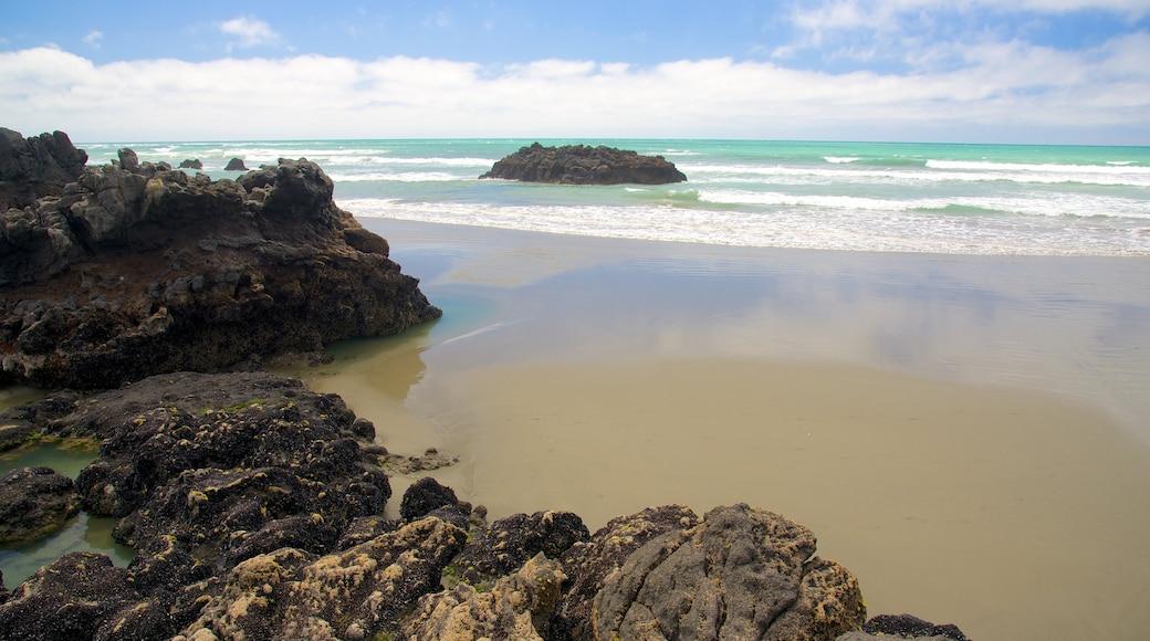 Sumner Beach showing rocky coastline