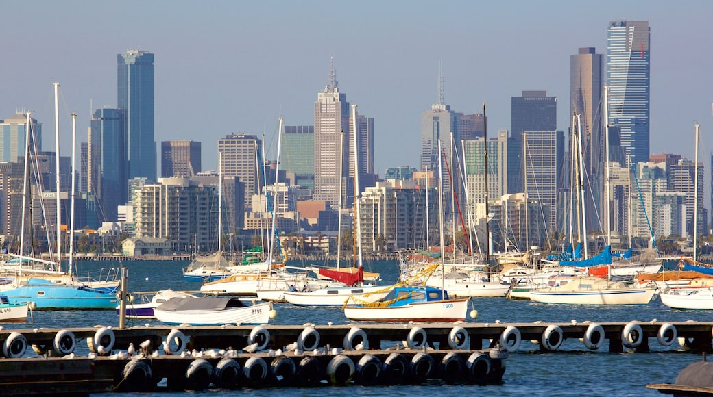 Williamstown showing skyline, a marina and sailing