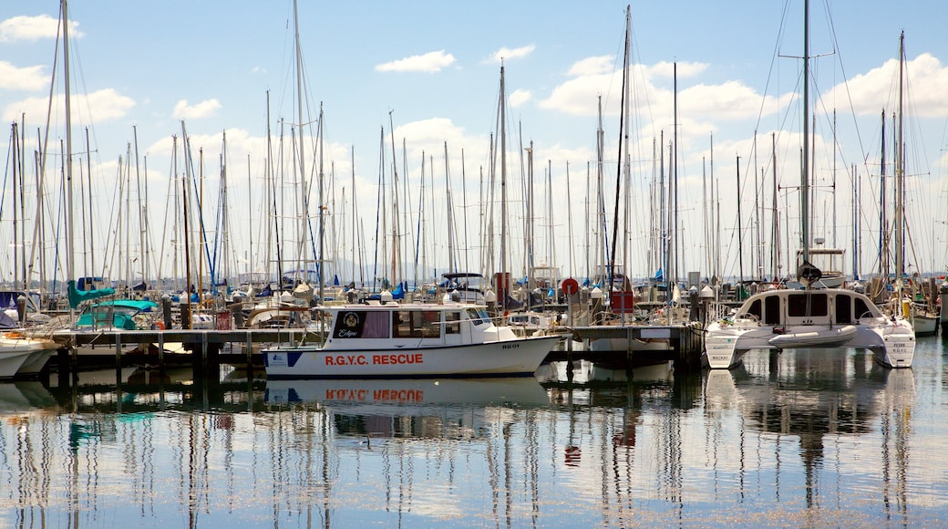 Geelong which includes sailing, a marina and boating