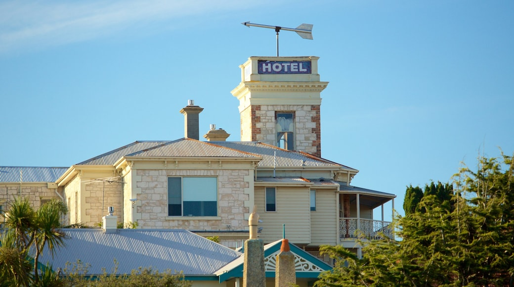 Sorrento Front Beach featuring heritage elements