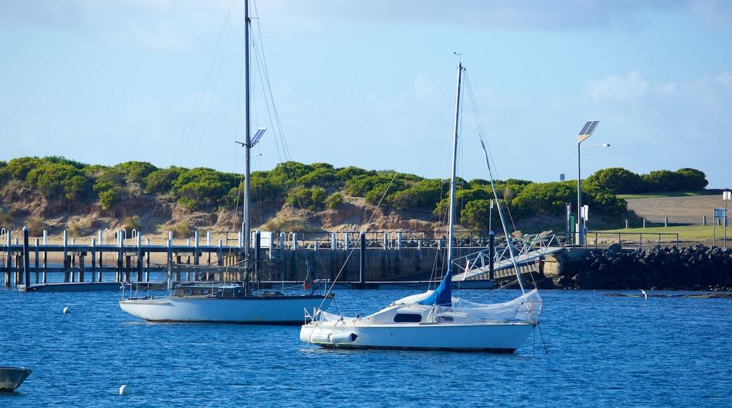 Port d\'Apollo Bay mettant en vedette vues littorales et voile