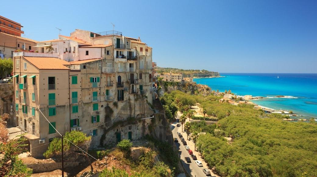 Tropea che include vista della costa e piccola città o villaggio