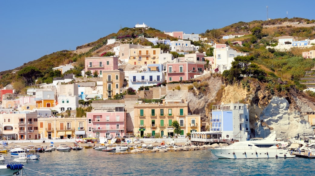 Ponza inclusief rotsachtige kustlijn, varen en een kuststadje