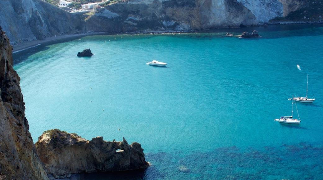 Ponza toont zeilen, varen en een baai of haven