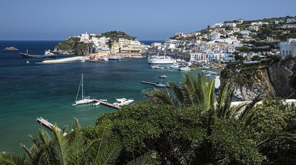 Ponza toont varen, algemene kustgezichten en zeilen