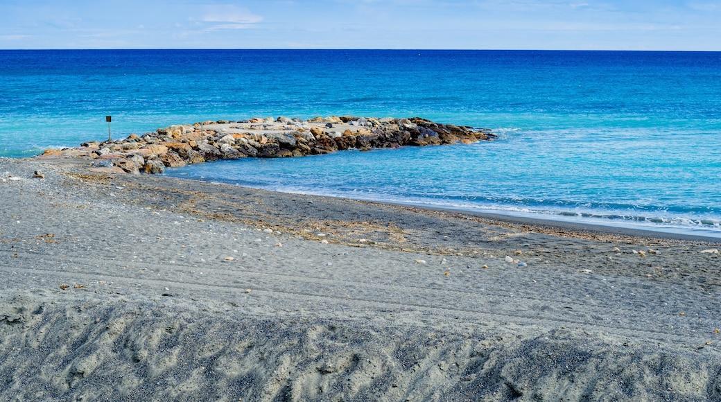 Loano che include vista della costa e costa frastagliata