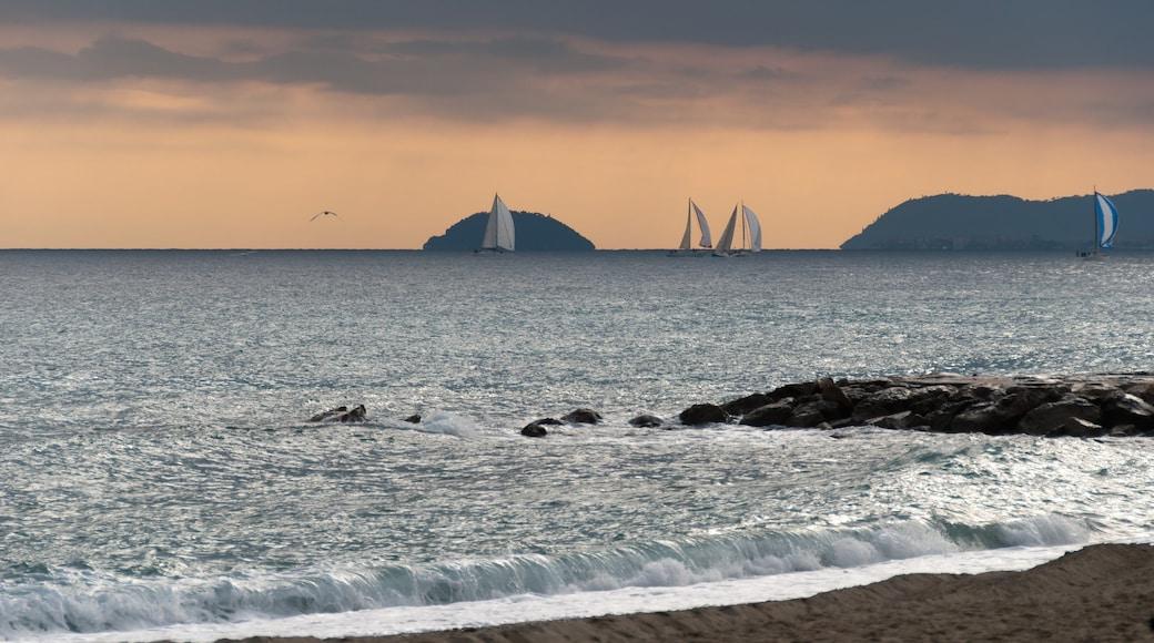 Loano caratteristiche di barca a vela, vista della costa e tramonto