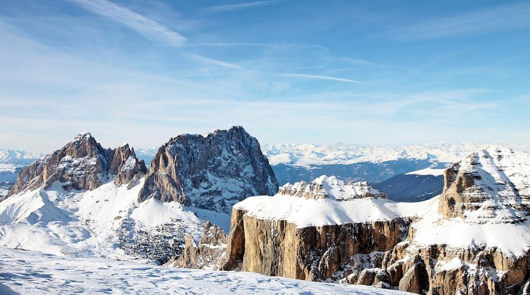 Canazei mit einem Schnee, Berge und Landschaften