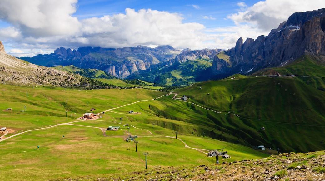 Canazei das einen ruhige Szenerie, Berge und Landschaften