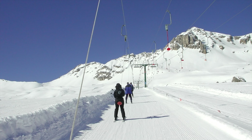 Moena welches beinhaltet Schnee und Skifahren sowie kleine Menschengruppe