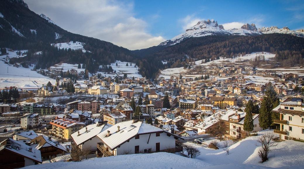 Moena mit einem Landschaften, Kleinstadt oder Dorf und Schnee