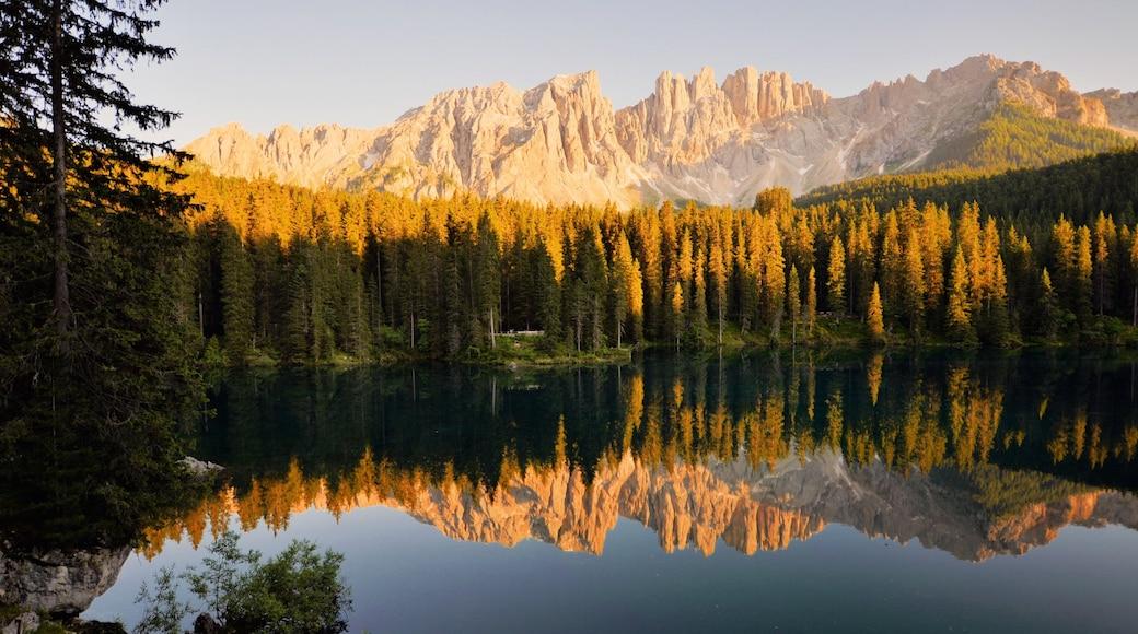 Moena das einen See oder Wasserstelle, Sonnenuntergang und Berge