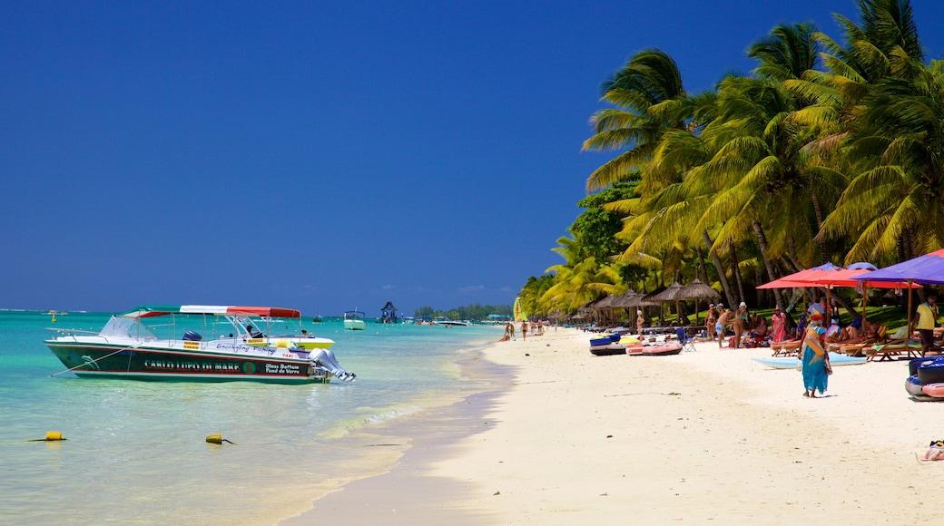 Trou aux Biches mettant en vedette plage, navigation et hôtel ou complexe de luxe