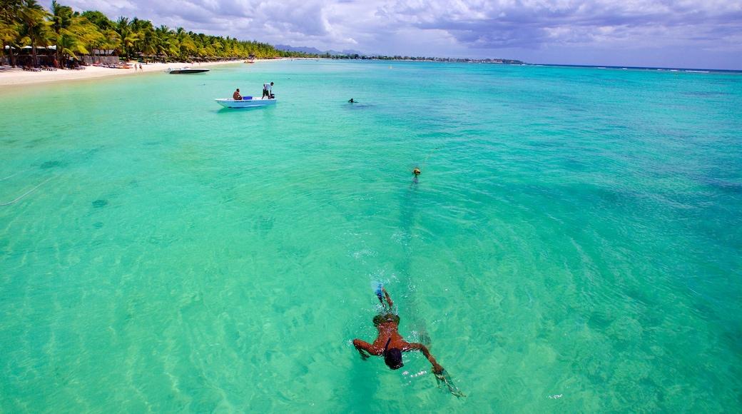 Trou aux Biches montrant navigation et plage de sable aussi bien que homme