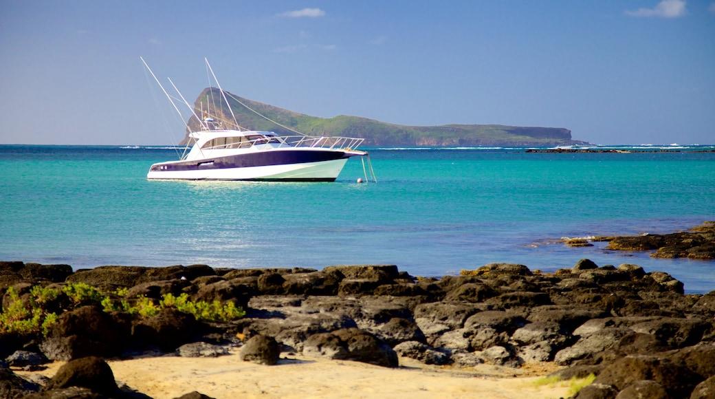Cap Malheureux das einen Bootfahren und Felsküste