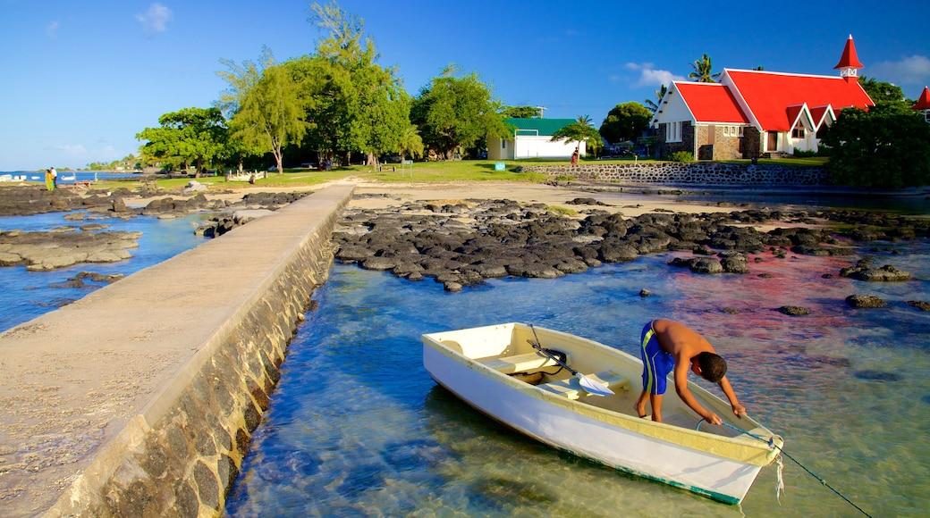 Cap Malheureux welches beinhaltet Bucht oder Hafen und schroffe Küste sowie einzelnes Kind