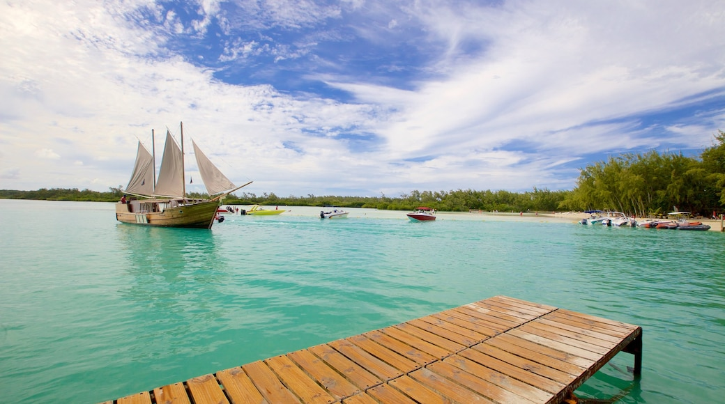 Ile aux Cerfs Beach showing sailing, boating and general coastal views