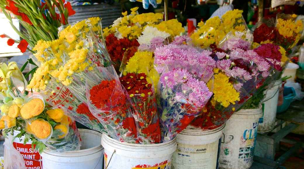 Kandal Market featuring flowers