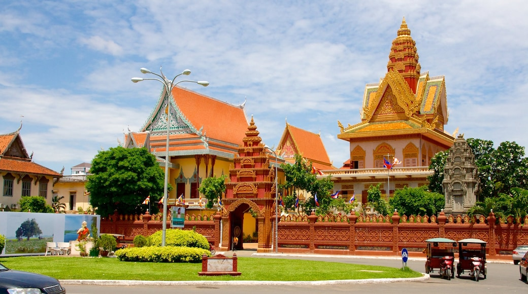 Wat Ounalom featuring heritage elements and a temple or place of worship