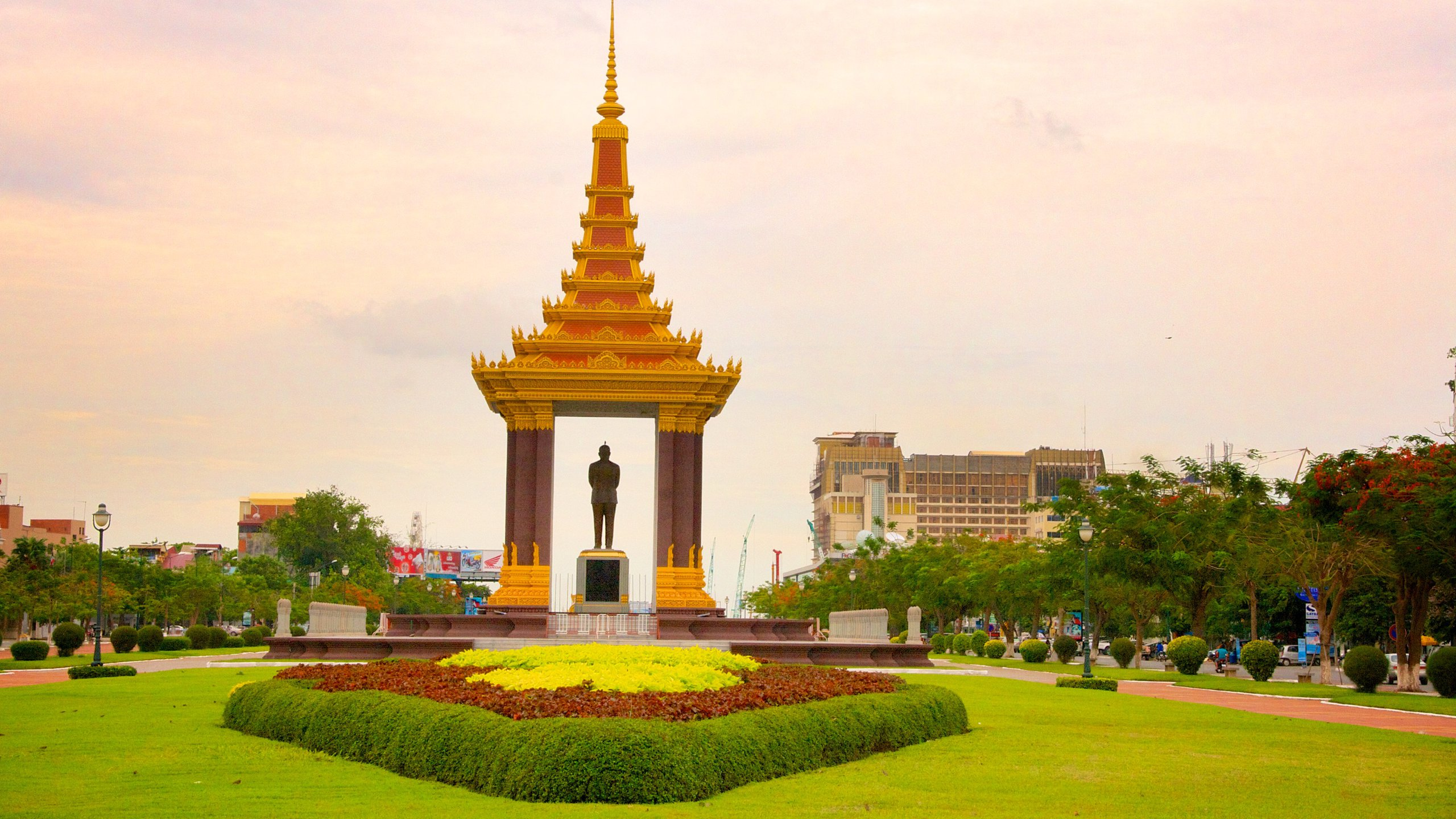 Like a massive lotus blooming from Phnom Penh's center, this monument is a touching tribute to the country's independence and to the people who made it possible.