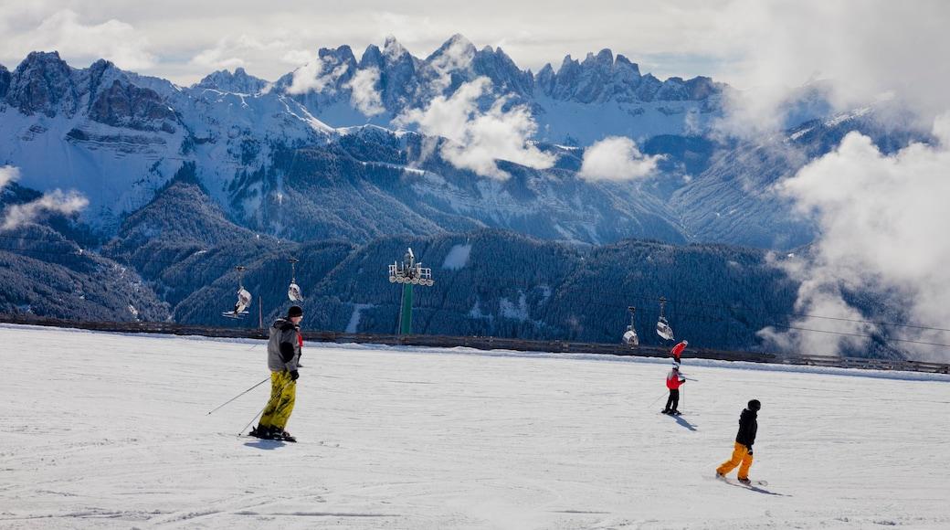 Brixen mit einem Skifahren und Schnee sowie kleine Menschengruppe