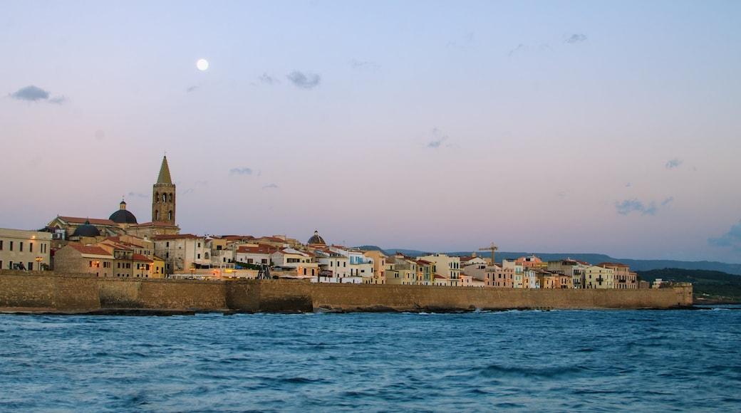 Alghero montrant ville côtière, petite ville ou village et vues littorales