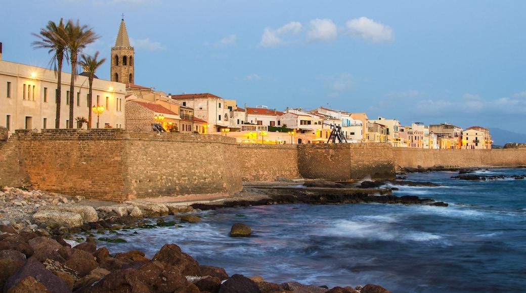 Alghero qui includes vues littorales et ville côtière