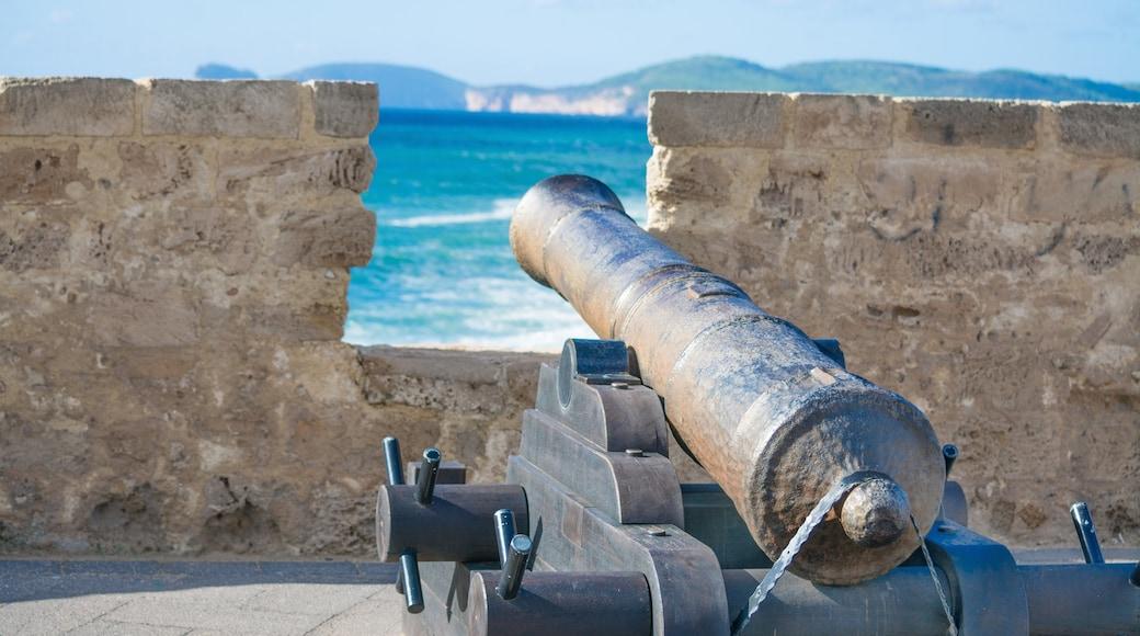Alghero montrant articles militaires et vues littorales