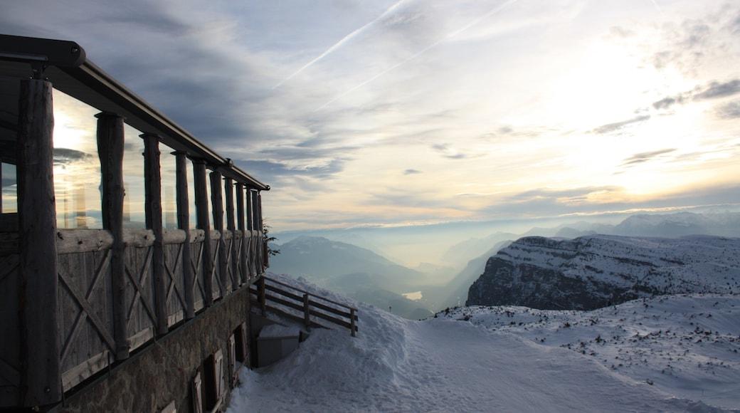 Andalo mit einem Schnee und Berge
