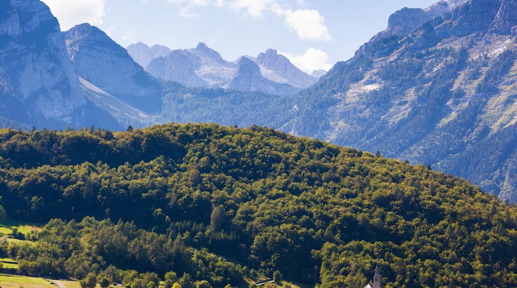 Andalo mit einem Berge und Schlucht oder Canyon