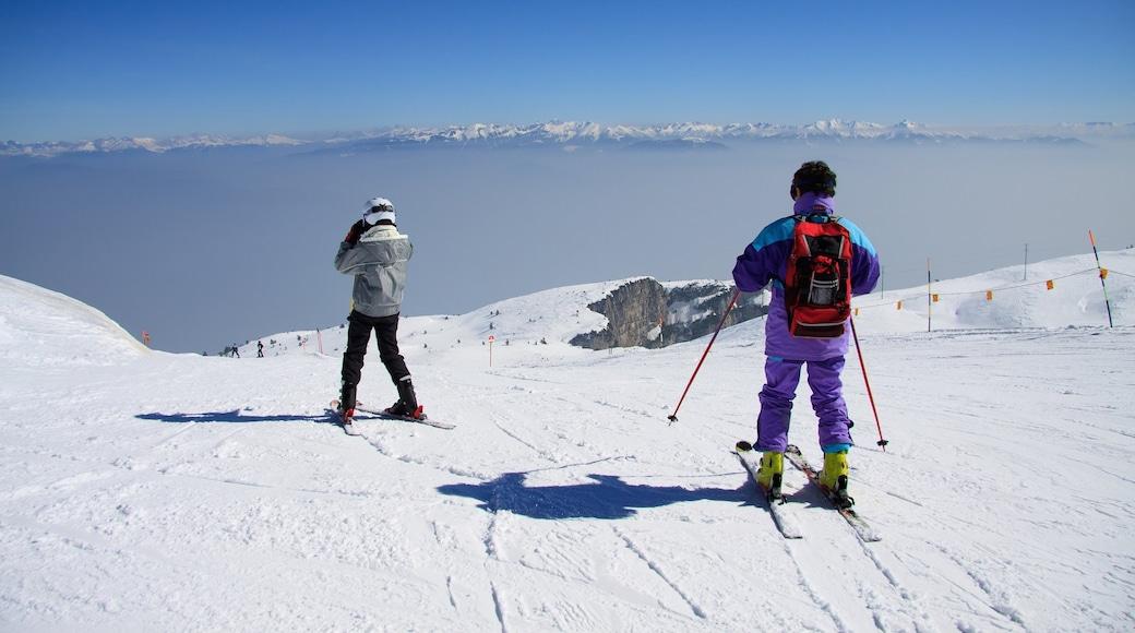 Andalo mit einem Skifahren und Schnee sowie kleine Menschengruppe
