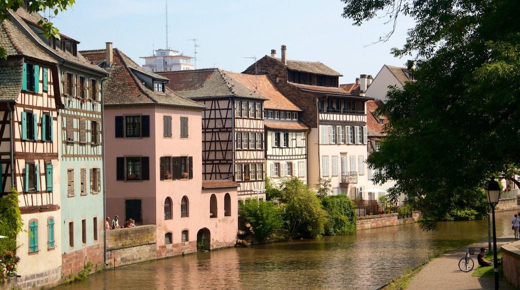 斯特拉斯堡 其中包括 河流或小溪, 房屋 和 傳統元素