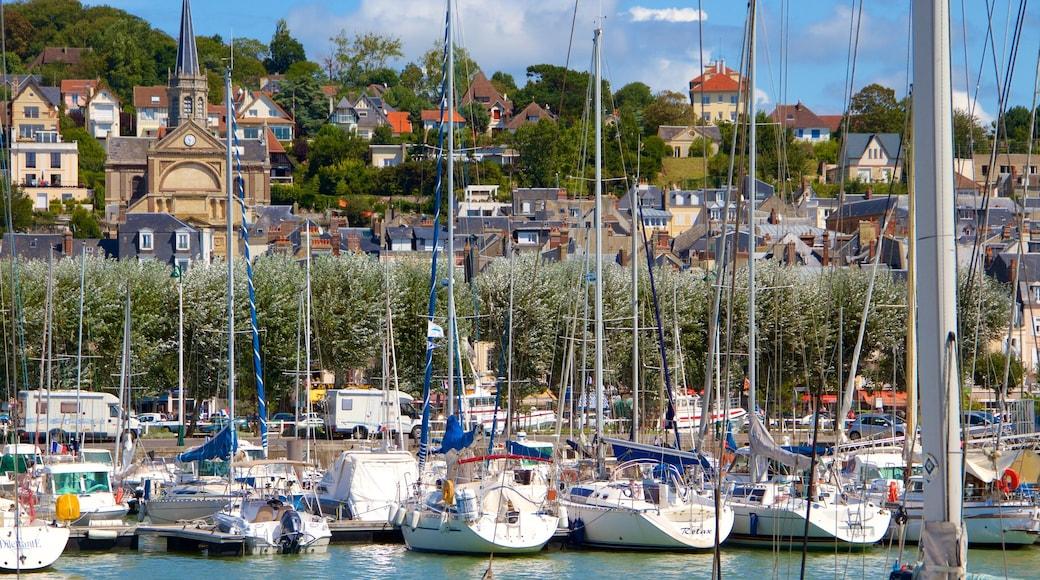Deauville montrant ville et marina