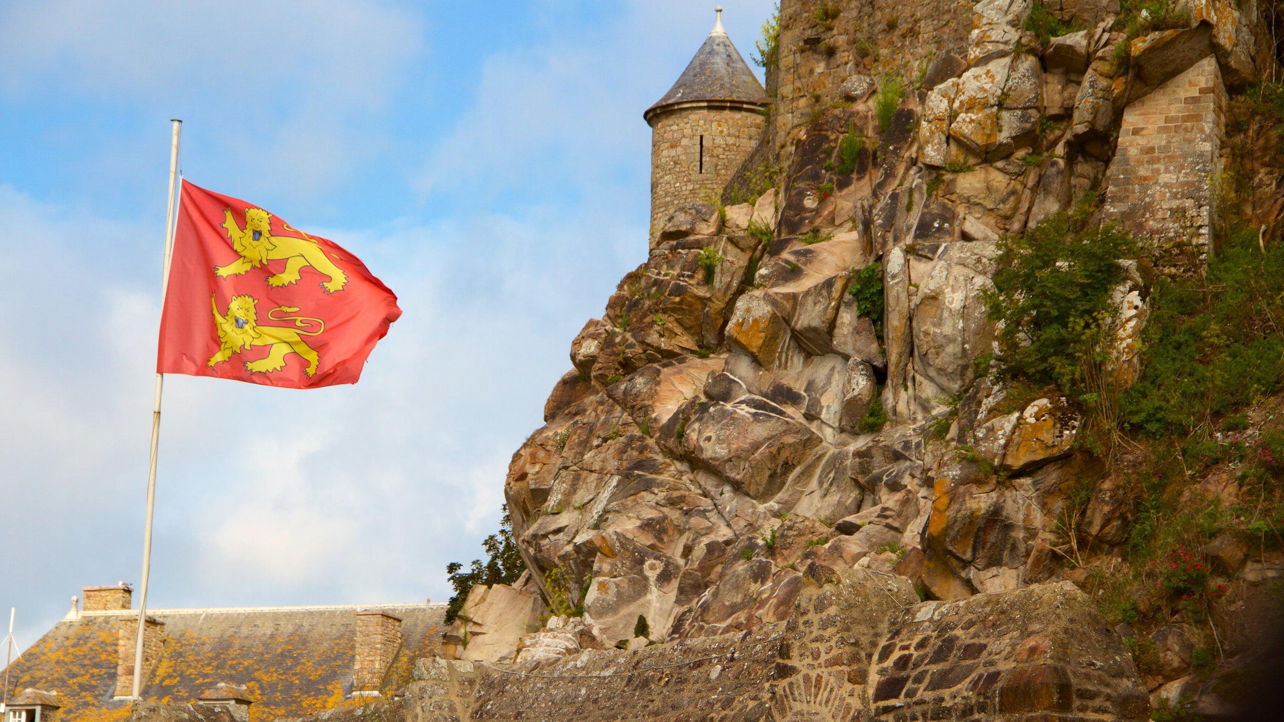 Entrez en communion avec la nature et prenez un bon bol d'air à Mont-Saint-Michel en explorant Le Mont-Saint-Michel. Profitez de votre séjour au cœur de cette région idéale pour la balade pour jeter un coup d'œil à sa cathédrale.
