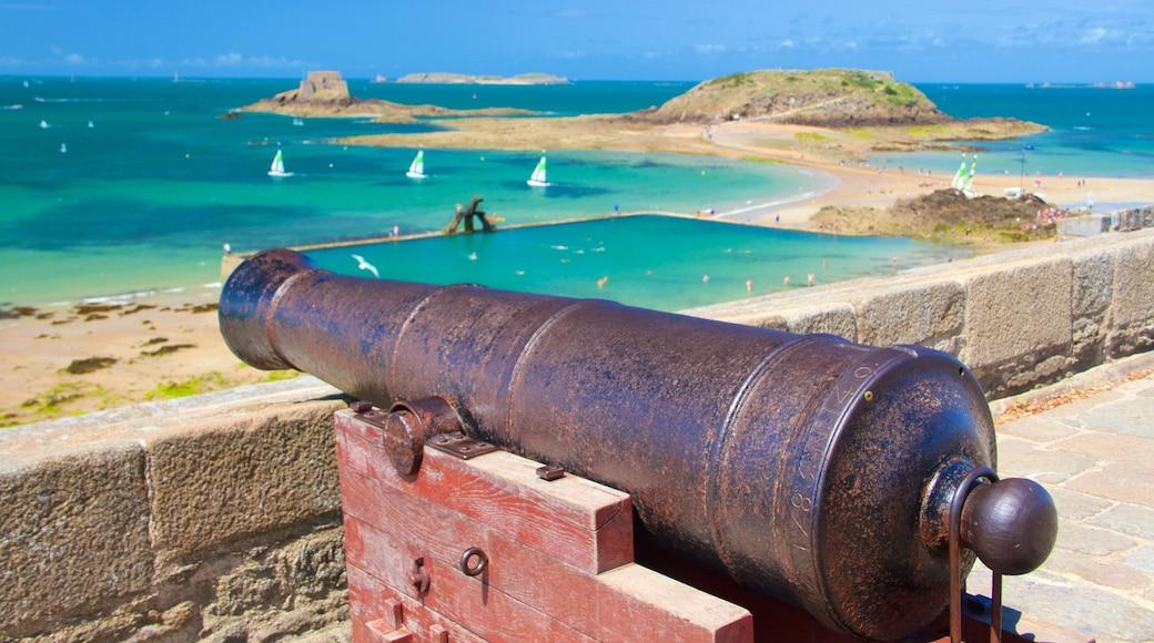 St. Malo Beach bevat algemene kustgezichten, een baai of haven en historisch erfgoed