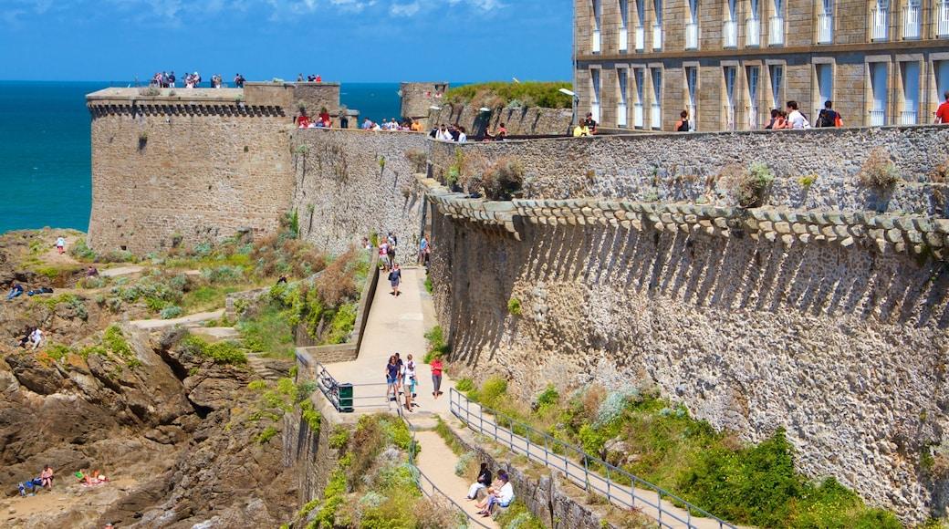 Saint-Malo toont algemene kustgezichten en historisch erfgoed