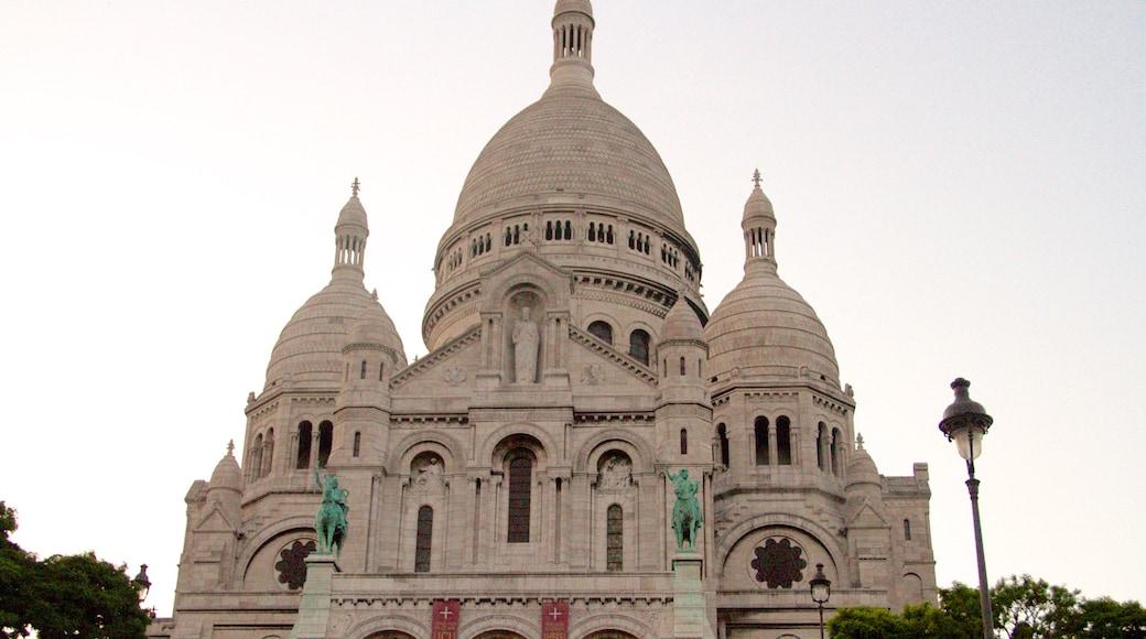 Sacré-Coeur presenterar en kyrka eller katedral, historiska element och historisk arkitektur