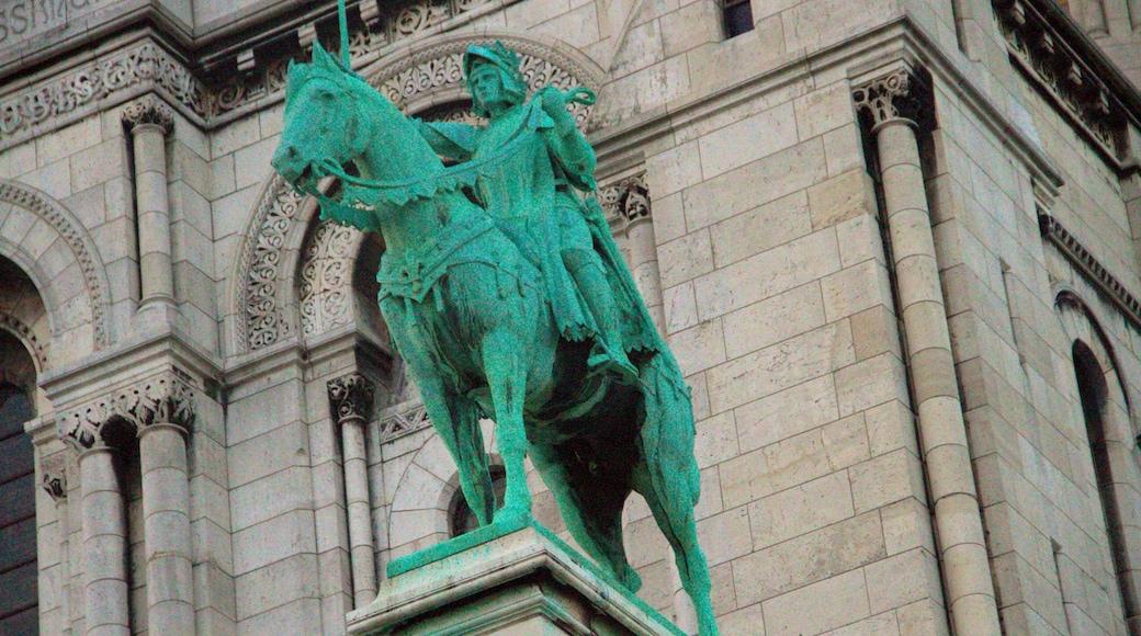 Sacré-Coeur presenterar historiska element och en staty eller skulptur