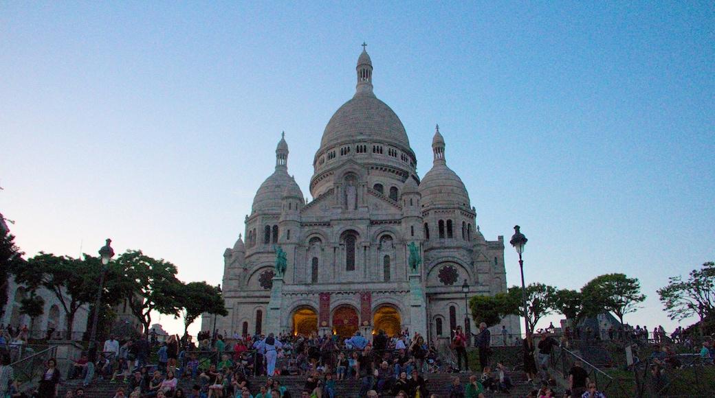 Sacré-Coeur som visar en kyrka eller katedral, historiska element och historisk arkitektur