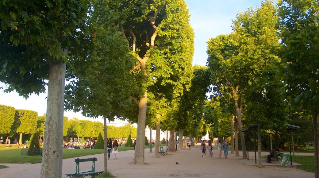 Champ de Mars featuring a park