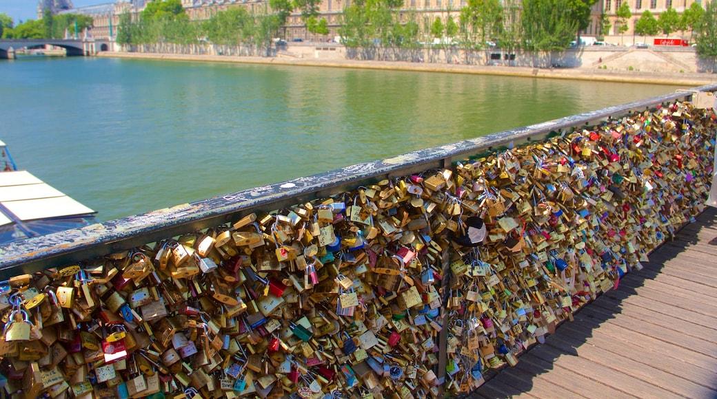 Pont des Arts 设有 城市, 河流或小溪 和 橋樑