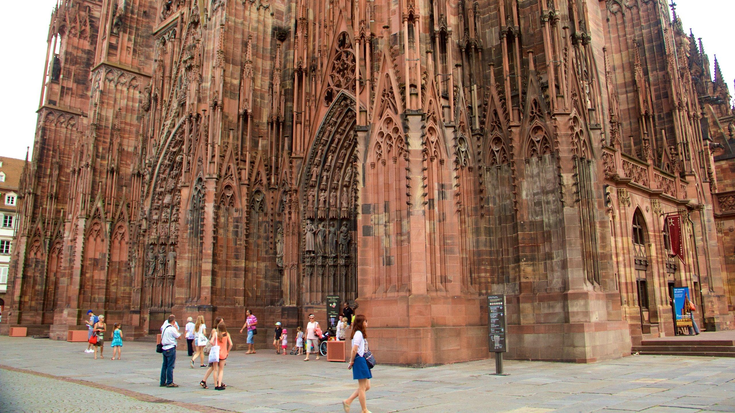 Erfahren Sie, wieso viele Meister der Literatur wie Goethe und Victor Hugo diese bemerkenswerte Kathedrale mit ihrem leichten Hauch von Rosa so liebten.