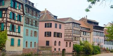 Petite-France mit einem Fluss oder Bach und Stadt