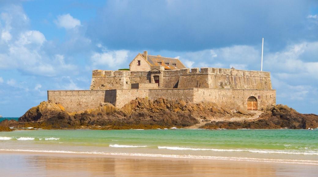 Fort National das einen Sandstrand und Geschichtliches