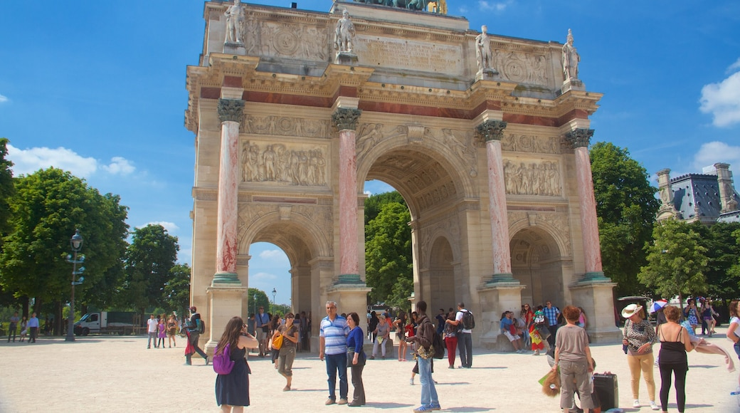 Paris mit einem Geschichtliches und historische Architektur sowie große Menschengruppe