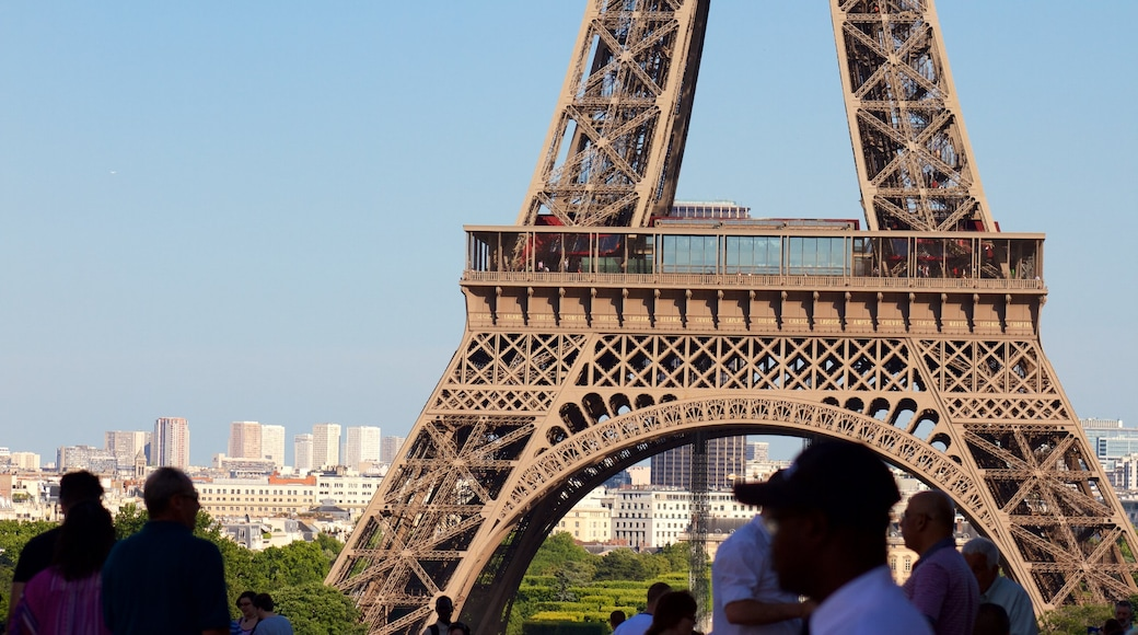 Paris showing heritage elements and a monument