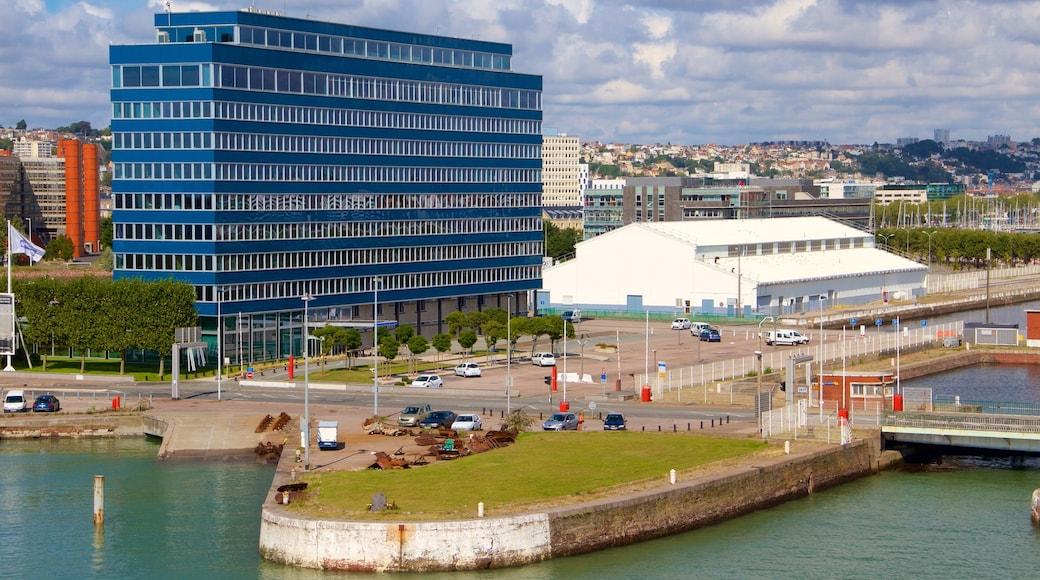 Le Havre mettant en vedette ville et baie ou port