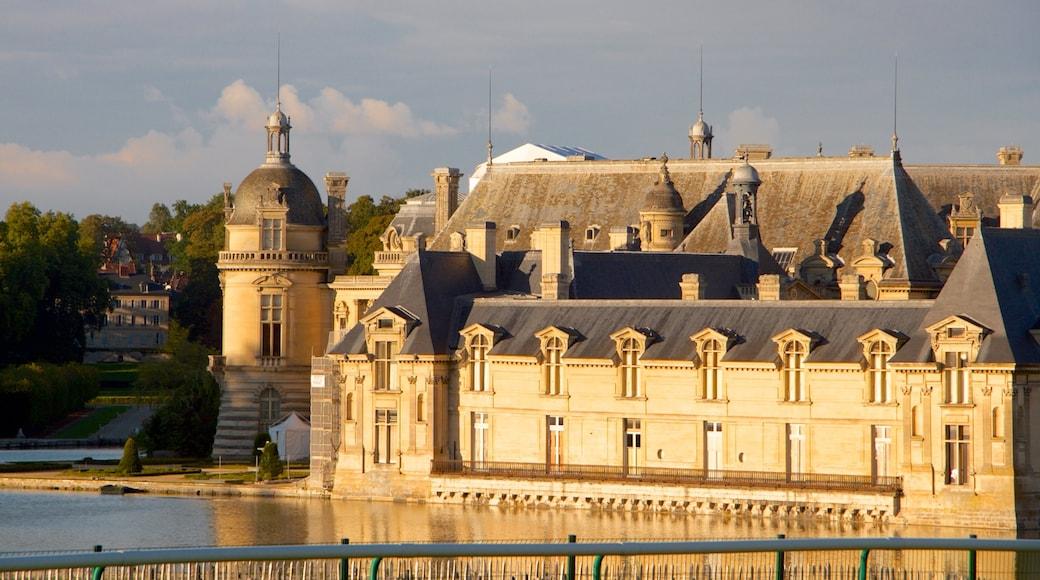 Chateau de Chantilly og byder på historiske bygningsværker og kulturarvsgenstande