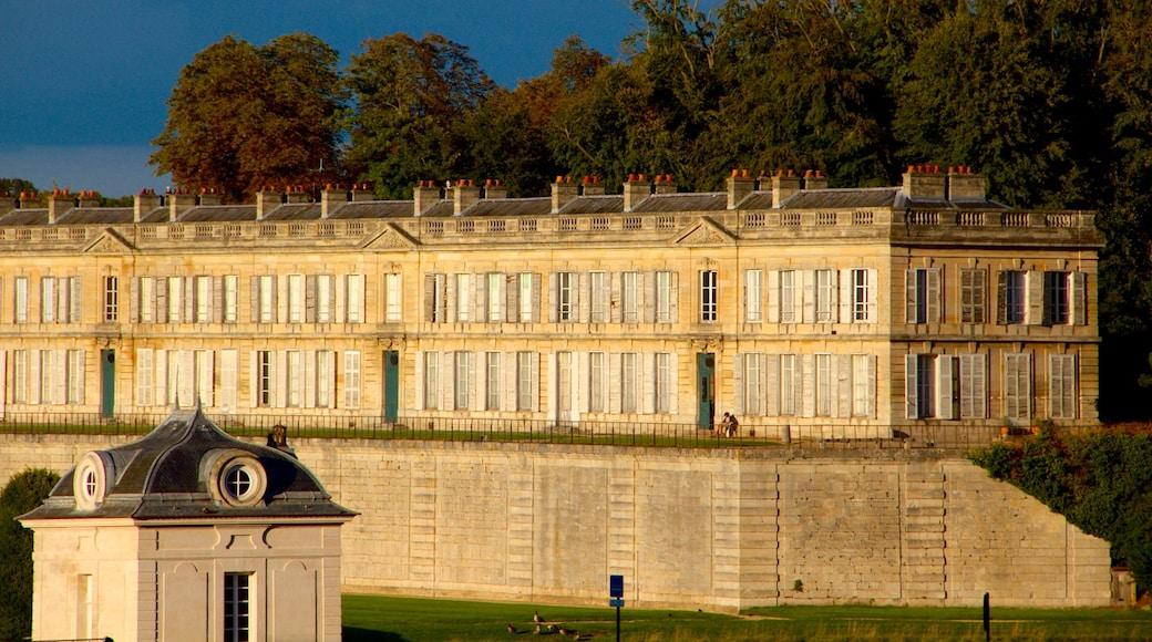 Chateau de Chantilly og byder på kulturarvsgenstande og historiske bygningsværker