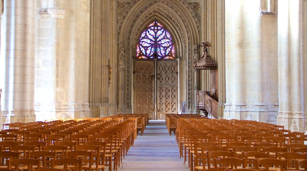Kathedrale Saint-Vulfran welches beinhaltet Kirche oder Kathedrale, Geschichtliches und Innenansichten